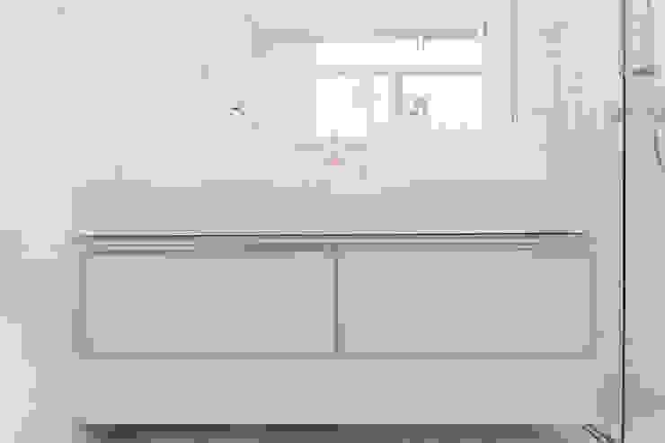 Condomínio Hanga Roa I Banheiros modernos por Arquitetura Pini Moderno