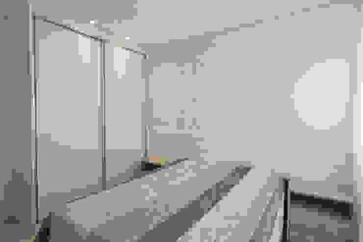 Condomínio Hanga Roa I Quartos modernos por Arquitetura Pini Moderno