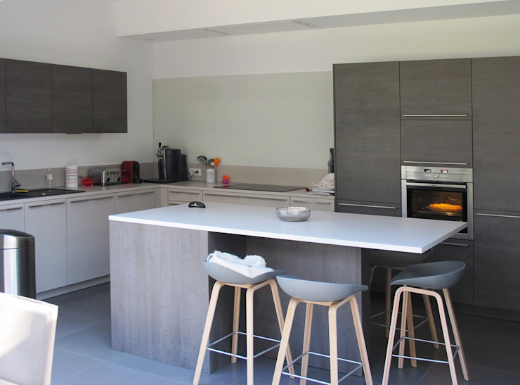 مطبخ تنفيذ Jean-Paul Magy architecte d'intérieur, حداثي