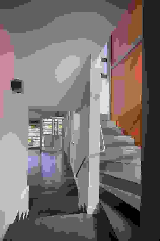 VISTA DEL SALON DESDE LA ESCALERA Salas de estilo moderno de JoseJiliberto Estudio de Arquitectura Moderno