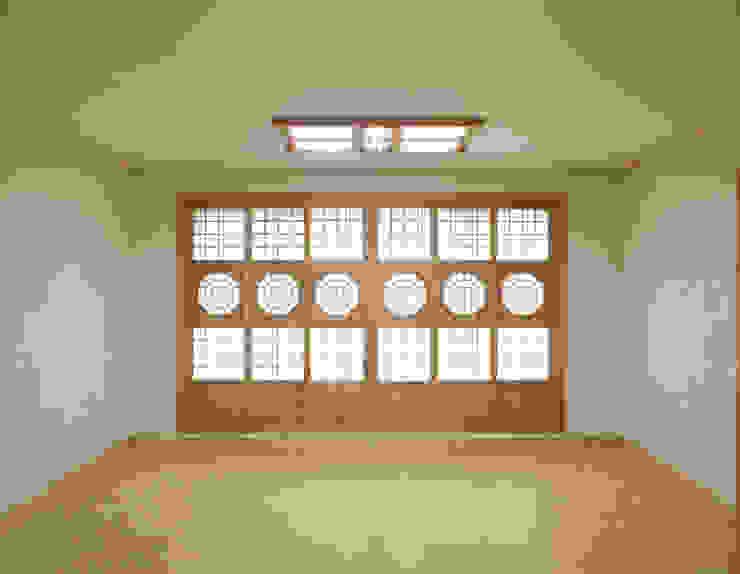 Salas de estilo  por 한옥공간