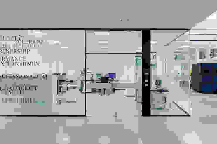 Edificios de oficinas de estilo moderno de ZENON CONCEPT GmbH Moderno
