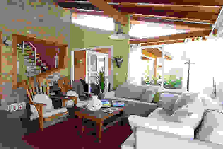 Дома в рустикальном стиле от Graça Brenner Arquitetura e Interiores Рустикальный