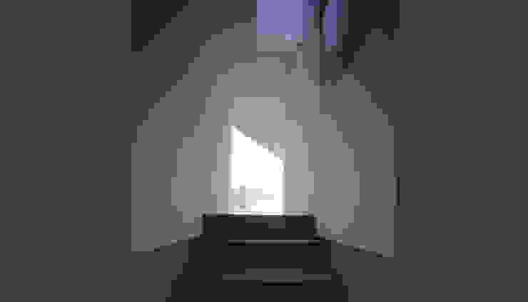 Couloir, entrée, escaliers modernes par 設計組織DNA Moderne