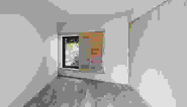 House in Umamioka モダンスタイルの寝室 の 設計組織DNA モダン