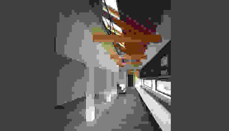 House in Umamioka モダンスタイルの 玄関&廊下&階段 の 設計組織DNA モダン