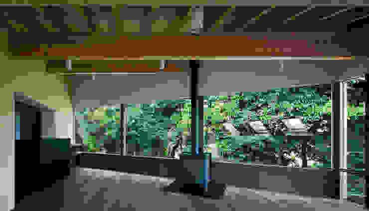 House in Umamioka モダンデザインの リビング の 設計組織DNA モダン
