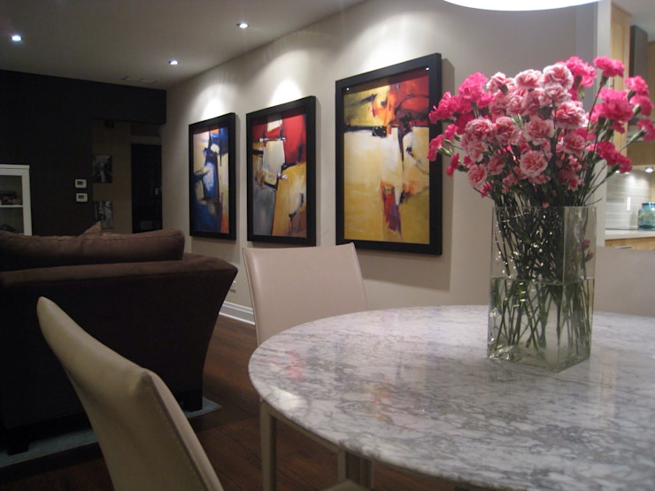 Interior decoration with modern art works: modern  by SHEEVIA  INTERIOR CONCEPTS,Modern