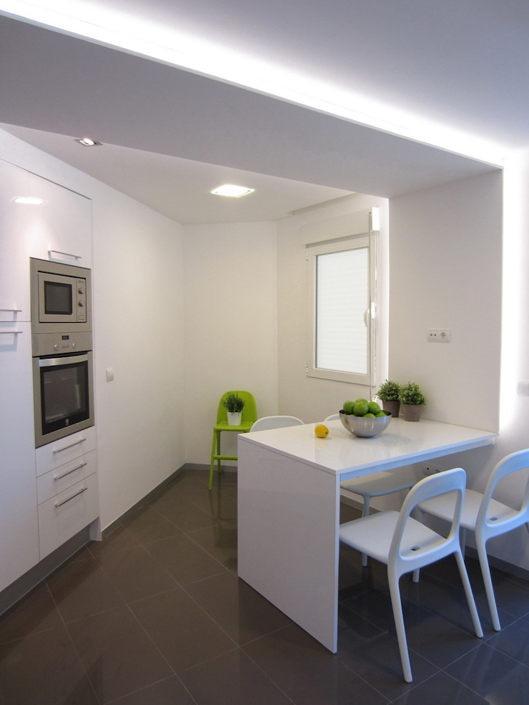 Mesa a medida e integrada. Cocinas de estilo moderno de teese interiorismo Moderno