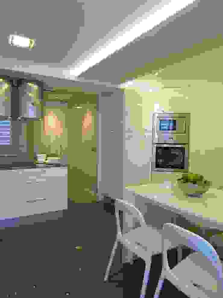 Funcional y cómoda Cocinas de estilo moderno de teese interiorismo Moderno