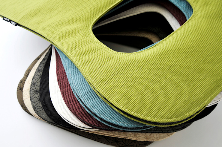 funaction f.Cushion: Kataoka Design Studioが手掛けた現代のです。,モダン
