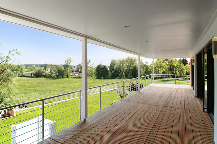 Moderne balkons, veranda's en terrassen van Bau-Fritz GmbH & Co. KG Modern