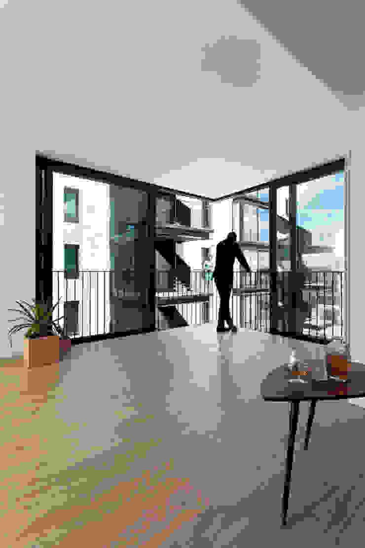 46 viviendas en madrid Balcones y terrazas de estilo minimalista de Miguel herraiz, Mauro Bravo, Marina del Mármol y Daniel Bergman Minimalista