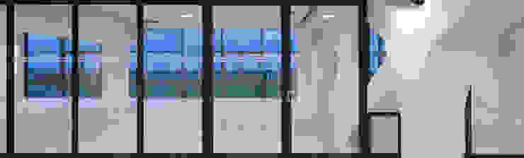 Open Plan Office Minimalistische Flughäfen von blumprodukt Minimalistisch