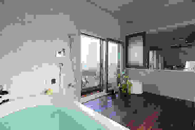 大きな窓のあるバスルーム オリジナルスタイルの お風呂 の Takeshi Shikauchi Architect Office/鹿内健建築事務所 オリジナル