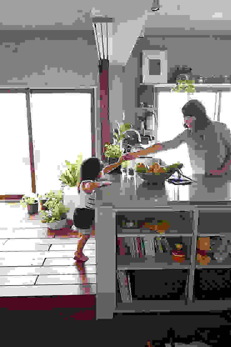 子供が自然に手伝うキッチン オリジナルデザインの キッチン の Takeshi Shikauchi Architect Office/鹿内健建築事務所 オリジナル