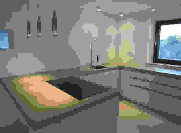 küche1_totale von planCbetoninterior Modern