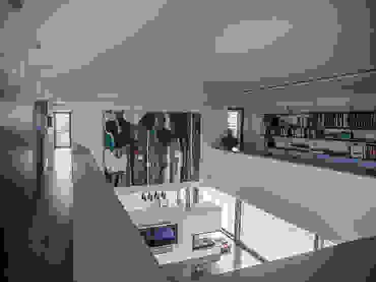 Vivienda en Asturias Pasillos, vestíbulos y escaleras de estilo moderno de EAS Arquitectura Moderno