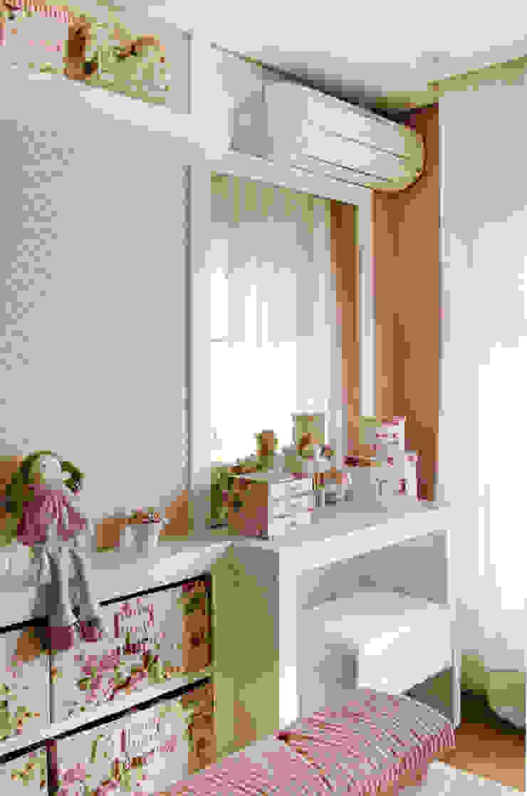 Prado Zogbi Tobar KinderzimmerSchreibtische und Stühle