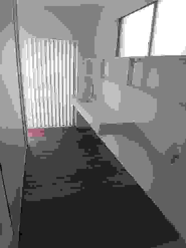 和歌浦の家 ミニマルスタイルの お風呂・バスルーム の オオハタミツオ建築設計事務所 ミニマル