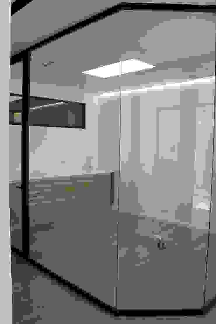Gabinete pasillo/esquina Clínicas de estilo minimalista de miguel cosín Minimalista