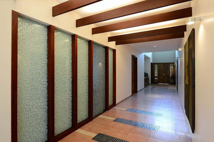 PRIVATE RESIDENCE AT KERALA(CALICUT)INDIA Classic style corridor, hallway and stairs by TOPOS+PARTNERS Classic