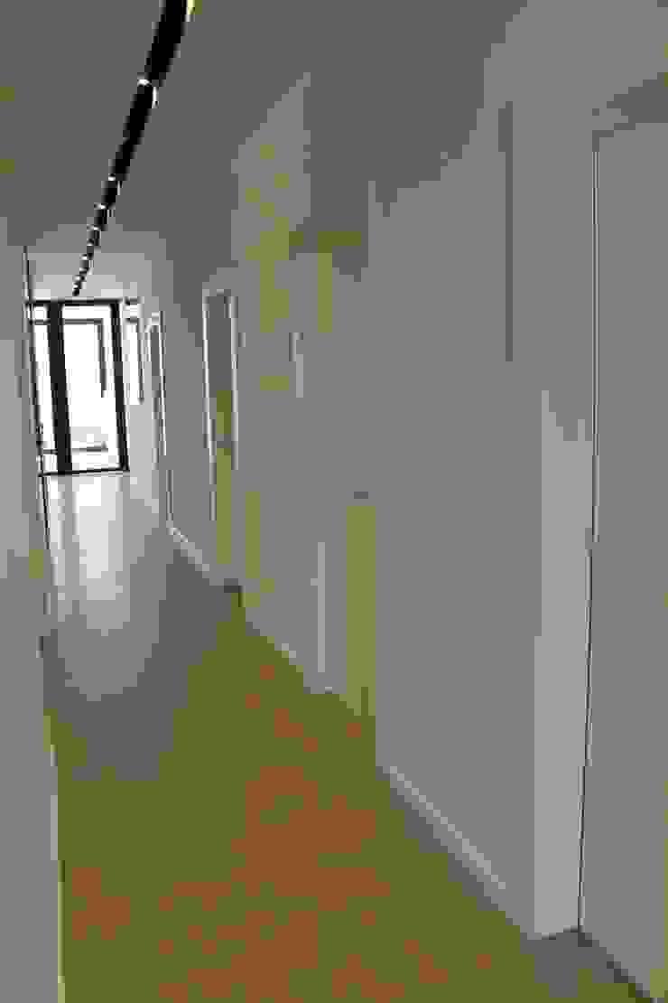 Puertas zona servicio Clínicas de estilo minimalista de miguel cosín Minimalista