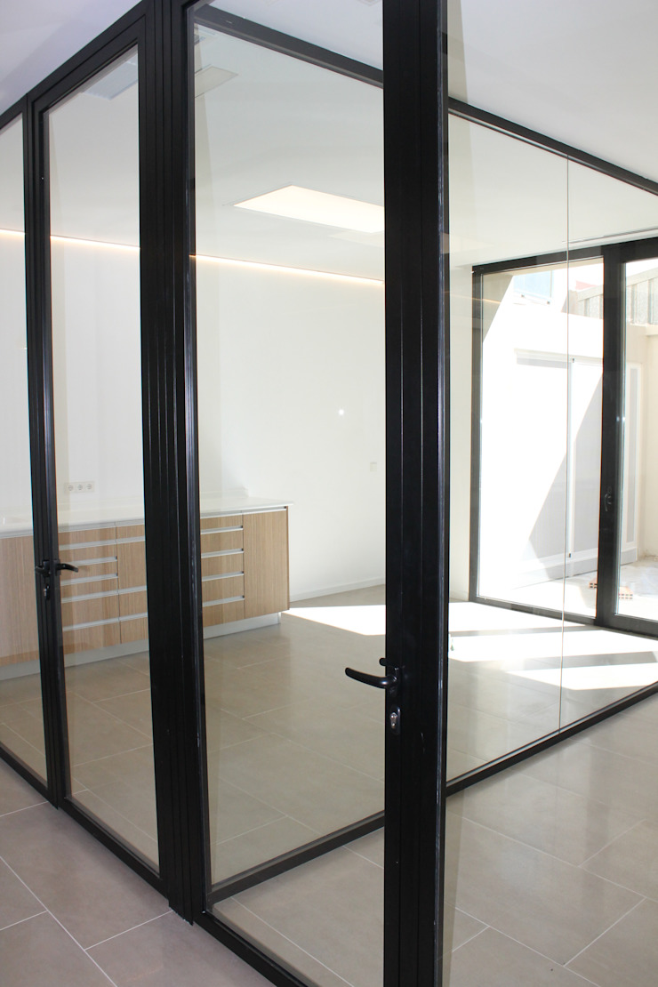Gabinetes con patio al fondo Clínicas de estilo minimalista de miguel cosín Minimalista