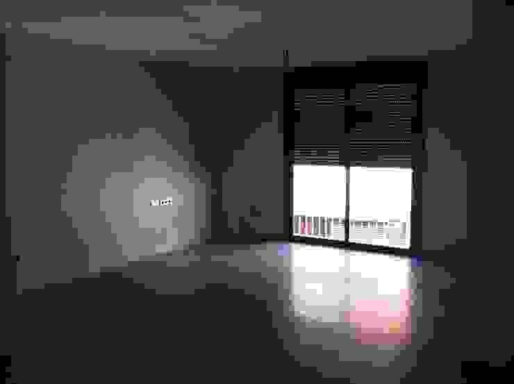 SALON PAVIMENTO GRES 80X80 Casas de estilo clásico de miguel cosín Clásico
