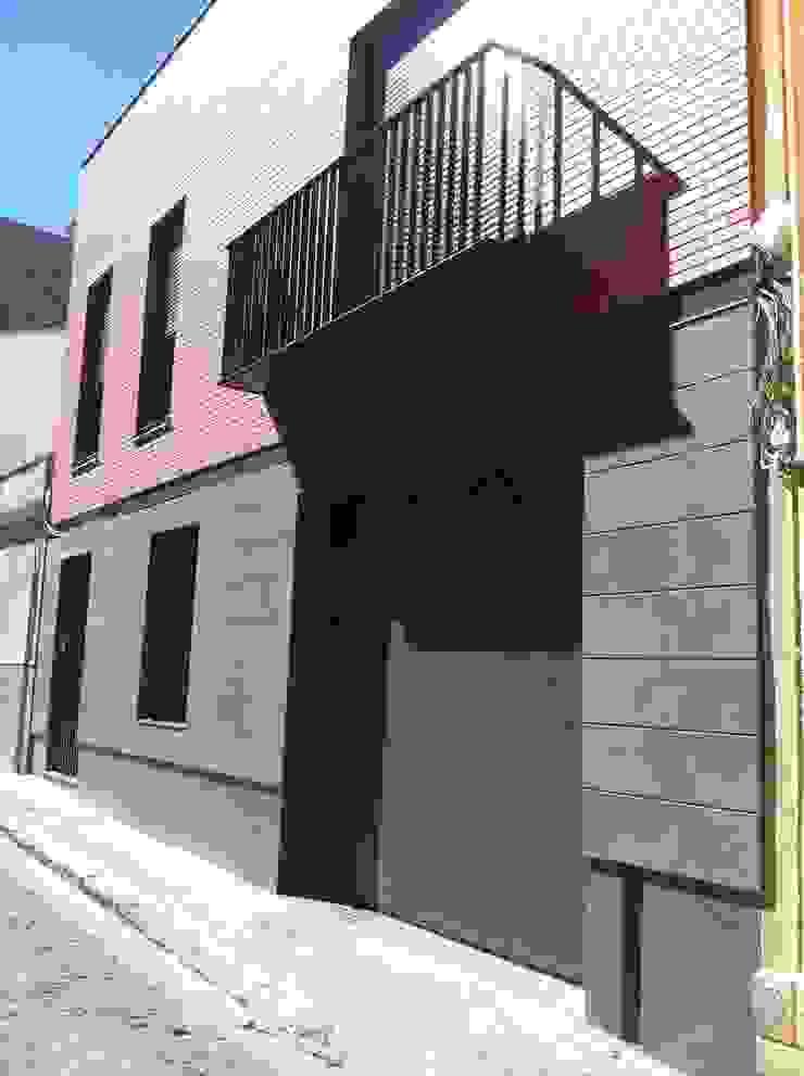 FACHADA DESDE CALLE ABAJO Casas de estilo clásico de miguel cosín Clásico