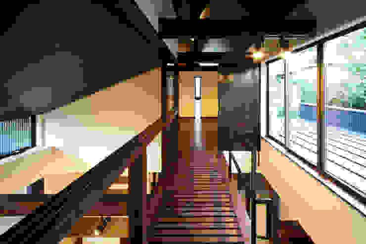 Pasillos, vestíbulos y escaleras eclécticos de 田中一郎建築事務所 Ecléctico