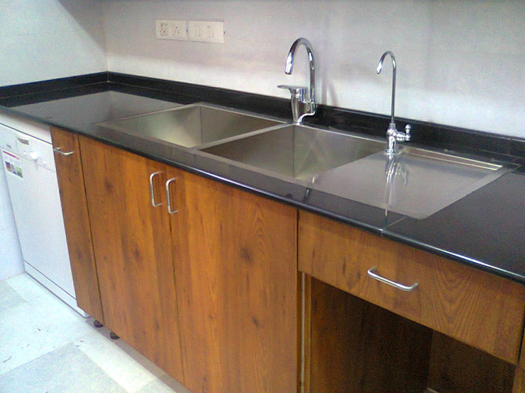 Kitchen sink area Kitchen by T. S. Space Transformations