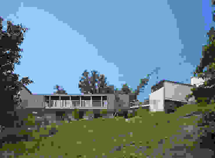 南側外観遠景2 モダンな 家 の TOSHIAKI TANAKA&ASSOCIATES/田中俊彰設計室 モダン