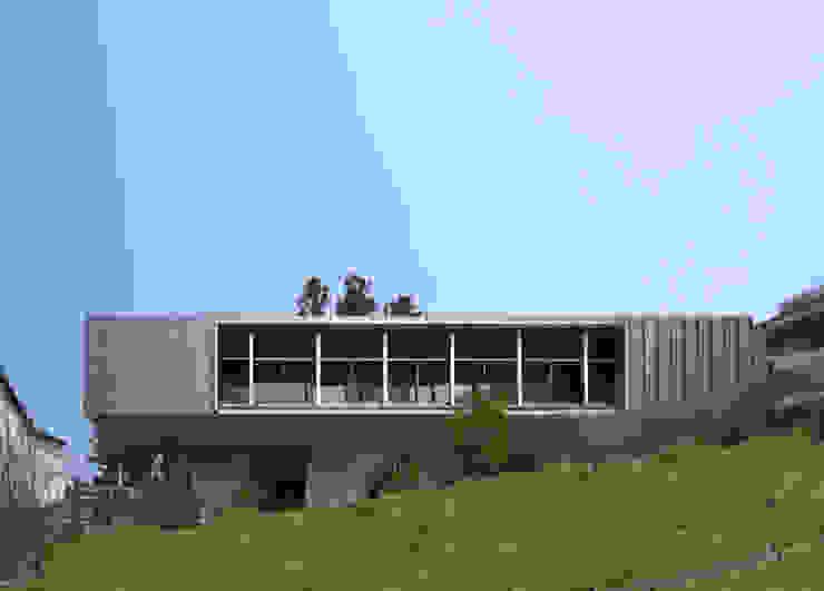 南側外観遠景 モダンな 家 の TOSHIAKI TANAKA&ASSOCIATES/田中俊彰設計室 モダン