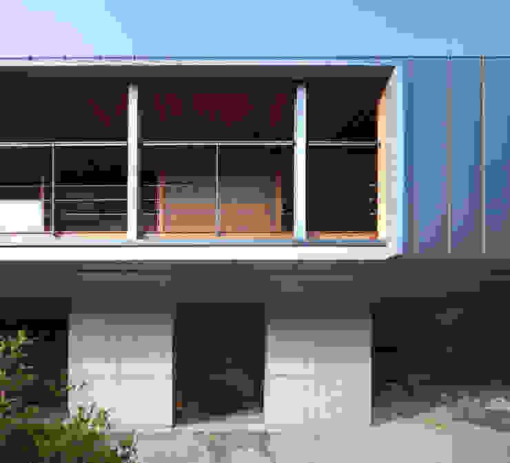 南側外観開口 モダンな 家 の TOSHIAKI TANAKA&ASSOCIATES/田中俊彰設計室 モダン