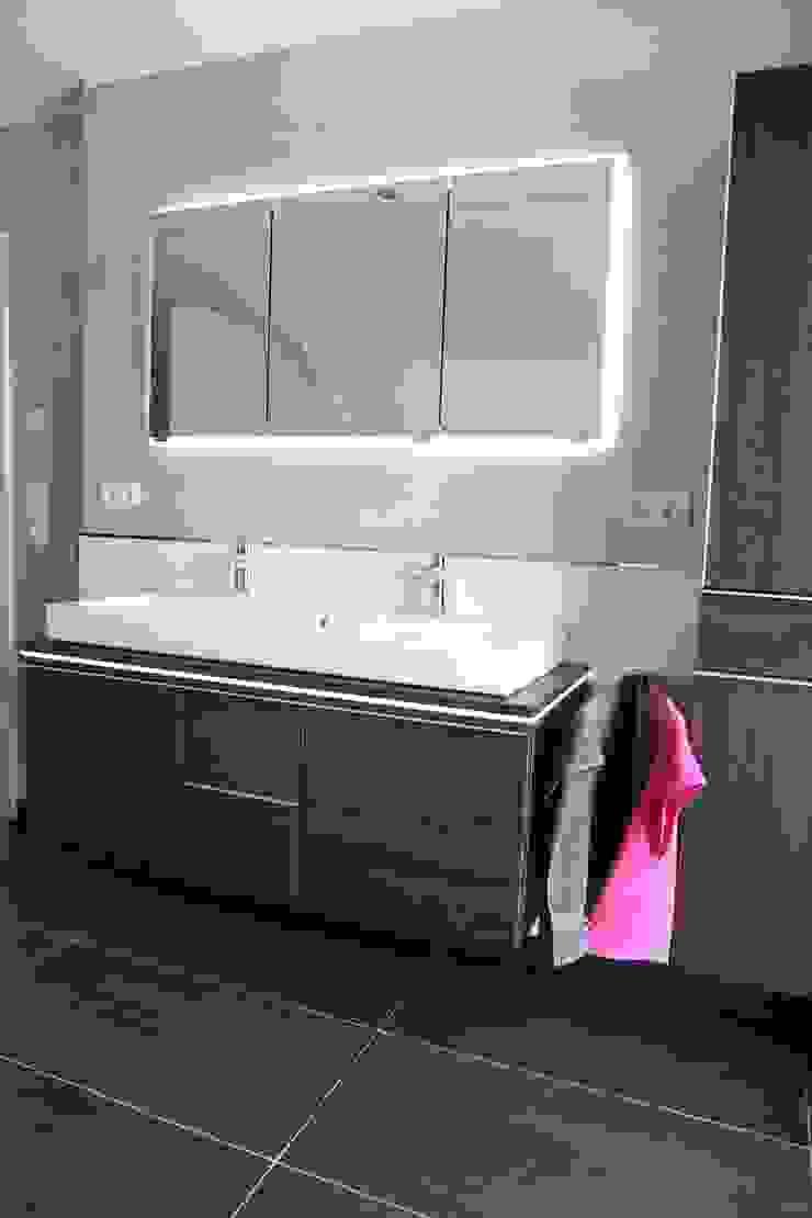 現代浴室設計點子、靈感&圖片 根據 Heinrich Blohm GmbH - Bauunternehmen 現代風