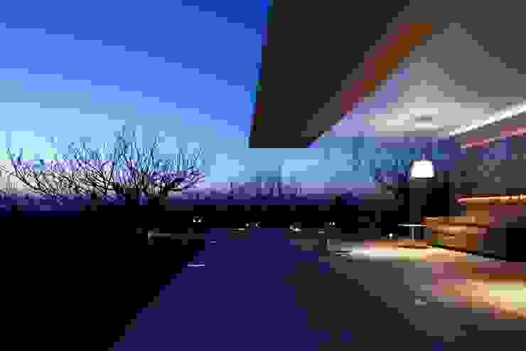 外観夜景 | CASA BARCA | 海を眺める豪邸(別荘建築) モダンな 家 の Mアーキテクツ|高級邸宅 豪邸 注文住宅 別荘建築 LUXURY HOUSES | M-architects モダン