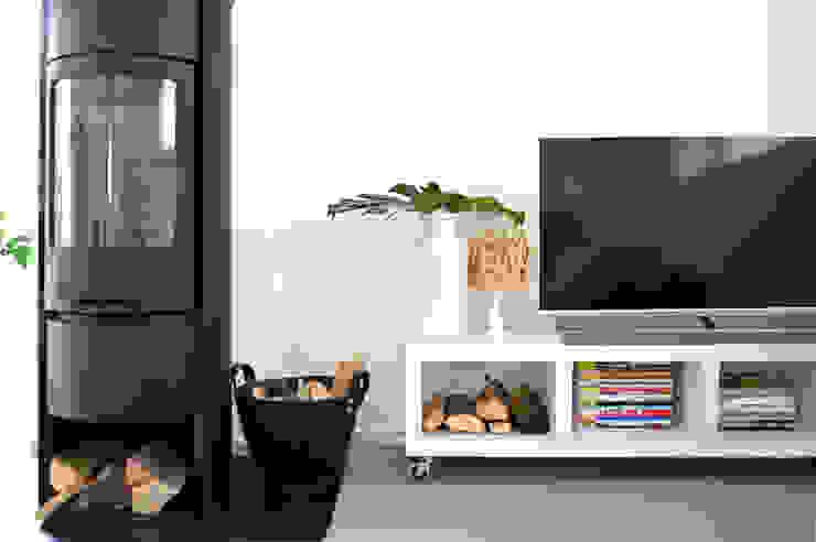 Scandinavian style living room by Kristina Steinmetz Design Scandinavian