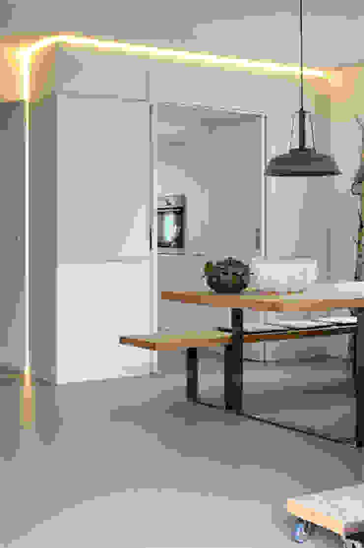 Minimalist dining room by Kristina Steinmetz Design Minimalist