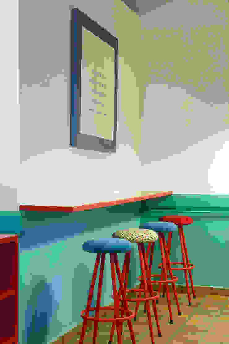 Reforma de café-bar para vinoteca en Bueu: Rosalinda Estudio de Arquitectura Sra.Farnsworth Espacios comerciales de estilo ecléctico