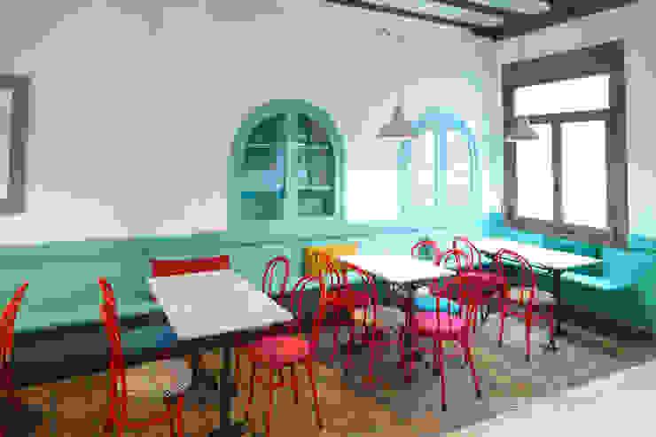 Reforma de café-bar para vinoteca en Bueu: Rosalinda Espacios comerciales de estilo ecléctico de Estudio de Arquitectura Sra.Farnsworth Ecléctico