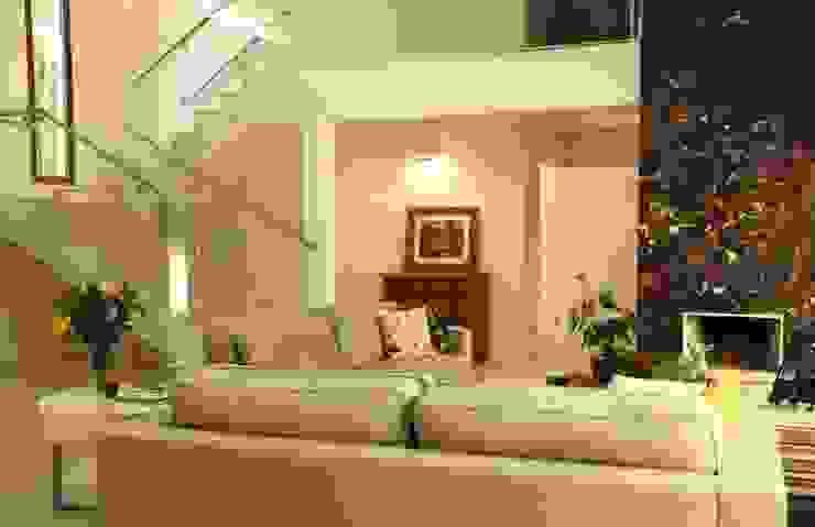 Estar e escada Salas de estar modernas por Ornella Lenci Arquitetura Moderno