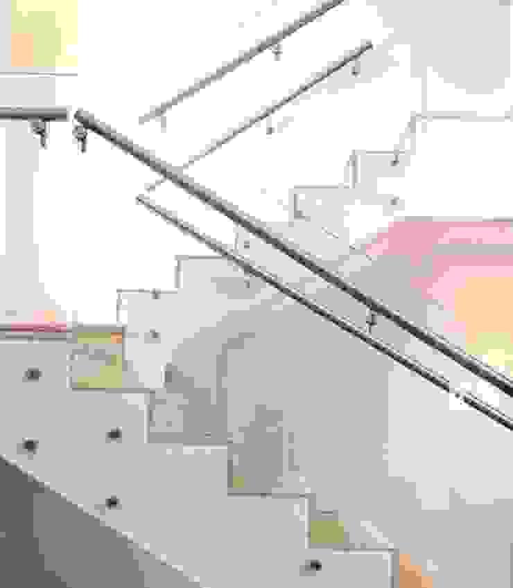 Detalhe escada Corredores, halls e escadas modernos por Ornella Lenci Arquitetura Moderno