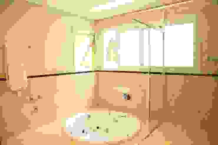 Banheiro Casal Banheiros modernos por Ornella Lenci Arquitetura Moderno