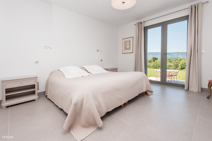 Maison avec vue à couper le souffle Chambre minimaliste par Pixcity Minimaliste