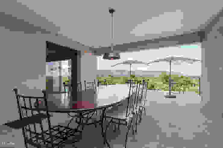 Maison avec vue à couper le souffle Balcon, Veranda & Terrasse classiques par Pixcity Classique