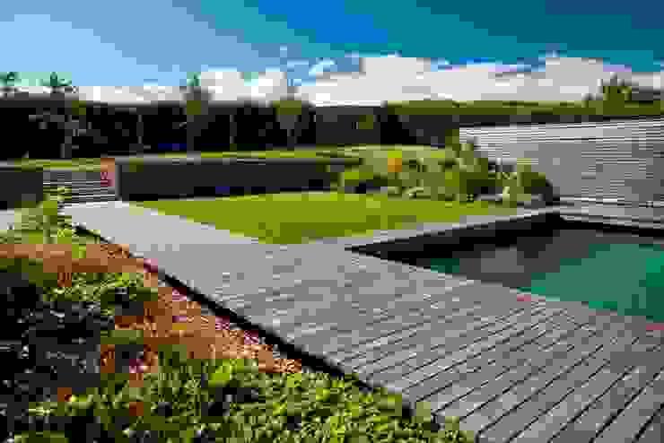 Hausgarten mit Pool: modern  von Burkhard Sandler Landschaftsarchitekten,Modern