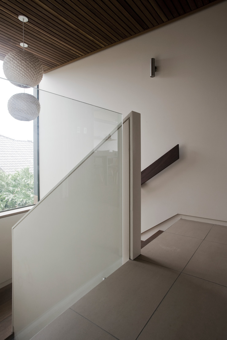 Project #1 CHROFI Pasillos, vestíbulos y escaleras de estilo moderno