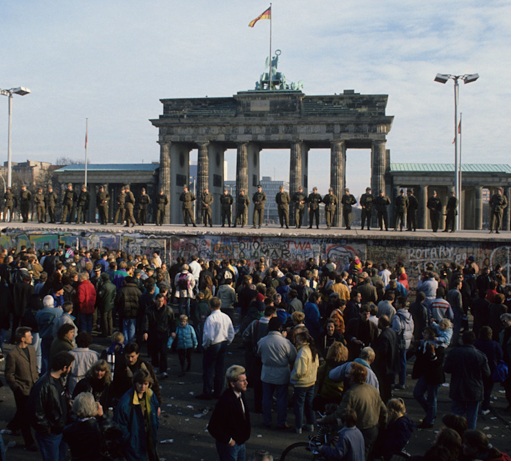 Berlin Wall by Brandenburg Gate, 11/11/1989: Berlin after the opening of the Wall on November 11, 1989, view of Brandenburg Gate and crowds homify