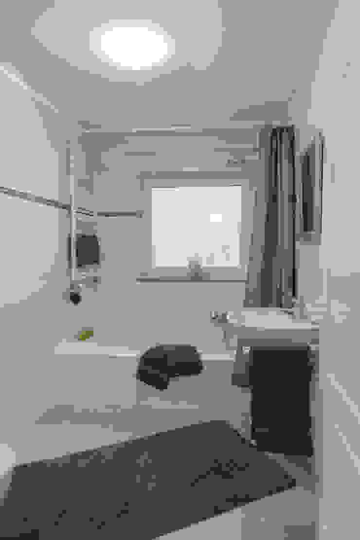 Bad nachher: modern  von IMMOTION Home Staging,Modern